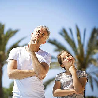 Mann und Kind schauen nachdenklich