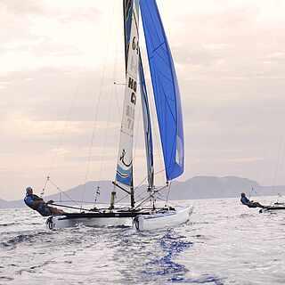 Menschen am Katamaransegeln auf dem Meer