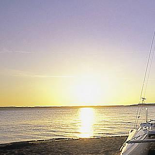Katamaran-Segelboot am Strand, Sonnenaufgang, Blick aufs Wasser