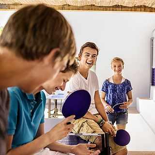 Vier Personen wollen Tischtennis spielen gehen