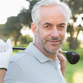 Mann über 50 mit Golfschläger