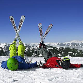 Snowboard fahren auf schneebedeckten Bergen
