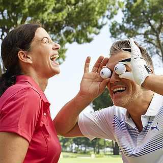 Paar auf dem Golfplatz albert herum