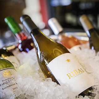 Mehrere Flaschen Wein in einem Kühler in der Vinothek des ROBINSON Clubs Cala Serena