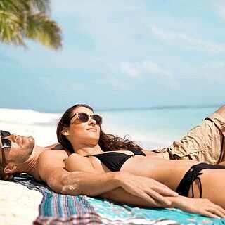 Paar entspannt am Sandstrand