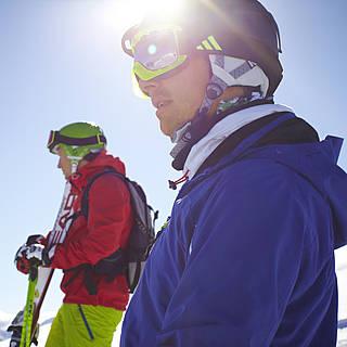 Drei Skifahrer auf der schneebedeckten Piste