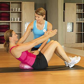 Personal Training, Trainerin mit Frau, Sportübung, Fitnesstudion, ROBINSON, Training, WEllFit