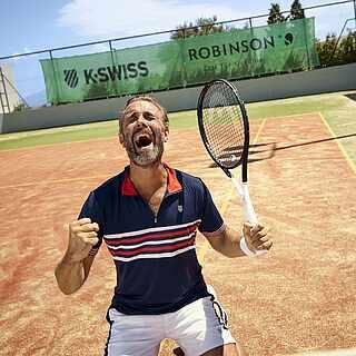 Mann in Siegerpose auf dem Tennisplatz