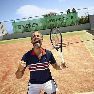 Mann auf dem Outdoor Tennisplatz hat einen Freude-Anfall