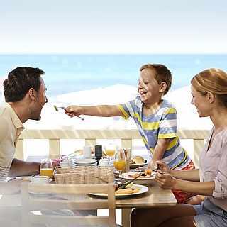 Familie beim Frühstück im Strandrestaurant des ROBINSON Clubs Apulia