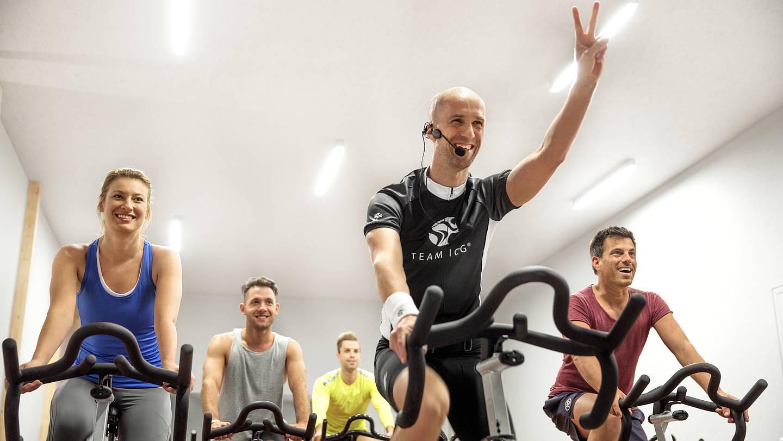 personal training com eine gruppe macht uumlbungen fuumlr die beinmuskulatur