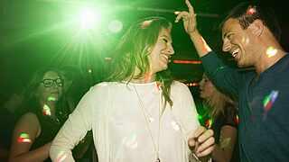 Zwei Leute die tanzen