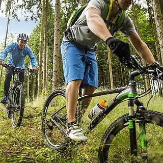 Biker erkunden die Gegend mit dem Rad
