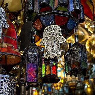 Marokkanische bunte Lampen und Symbole