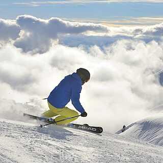 Skifahrer hoch in den Bergen