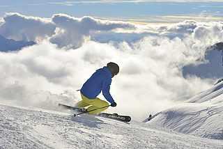 Ski fahren in den Bergen