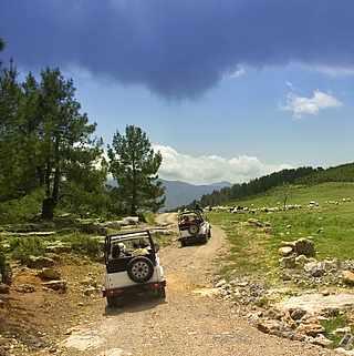 Zwei Jeeps auf Offroad Tour in den Bergen