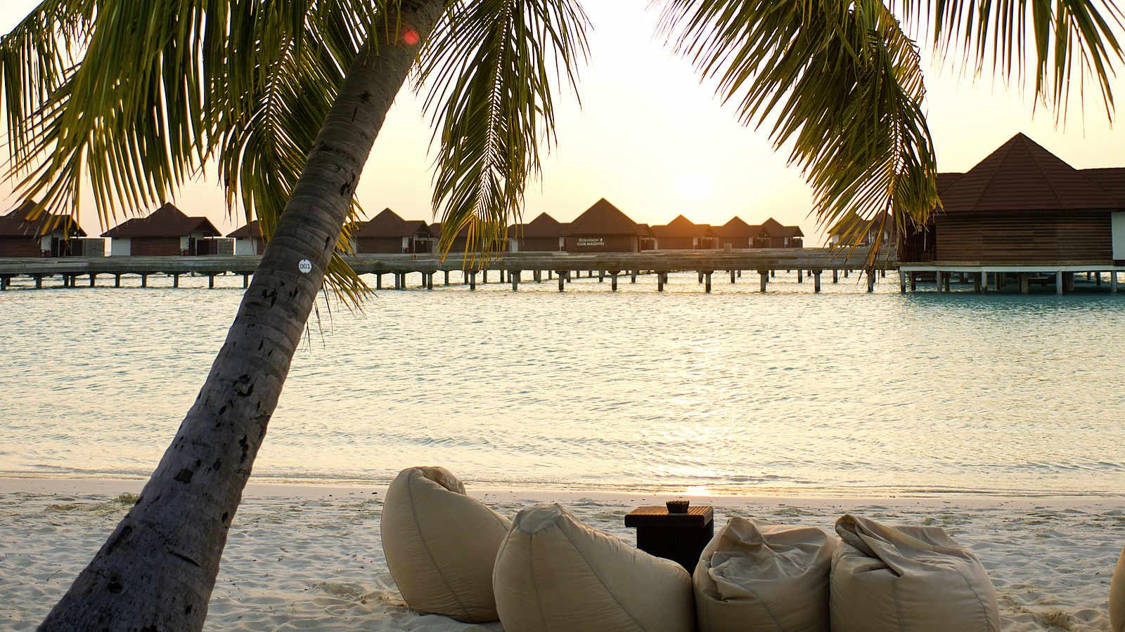 Sandstrand, Palme, Sonnenuntergang, Loungemöbel