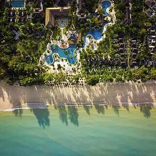 Clubareal mit Strandabschnitt aus Drohnenperspektive