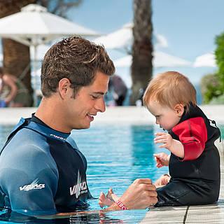 Papa und Sohn im Pool, Schwimmen im Cluburlaub bei Robinson