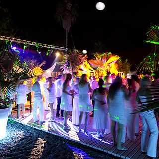Clubgäste feiern auf der Tanzfläche