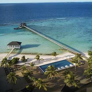 Der Pool des ROBINSON Clubs Noonu ist direkt am Meer gelegen und sorgt für die optimale Abkühlung
