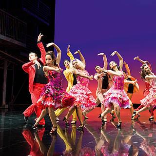 Tänzerinnen des West Side Story Musicals auf der Bühne