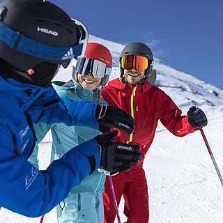 Gruppe fährt Ski in den Bergen