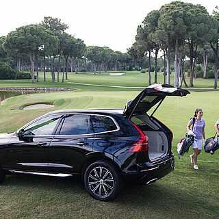 Paar auf einem Golfplatz am See