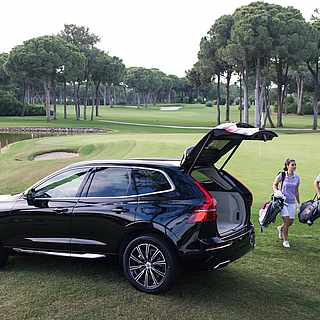 Paar auf dem Golfplatz auf dem Weg zu ihrem Auto