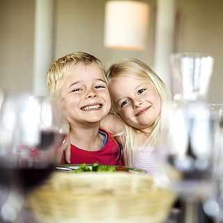 Zwei Kinder lachen und