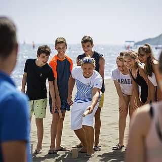 Jugendliche spielen Wikinger-Schach am Strand