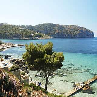 Mediterrane Küstenkulisse mit Blick auf türkises Wasser