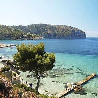 Mediterrane Küstenkulisse mit klarem Wasser und Steg