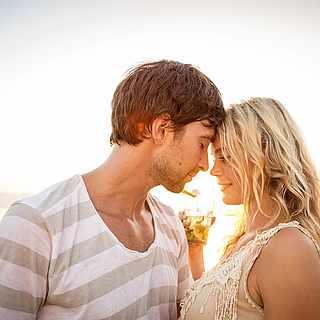 Verliebtes Paar am Strand unter blauem Himmel