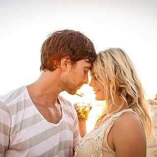 Ein verliebtes Pärchen am Strand