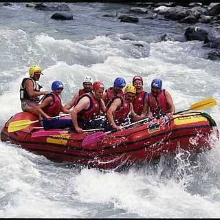 Gruppe beim Rafting im Schlauchboot