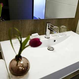 Waschbecken mit Spiegel