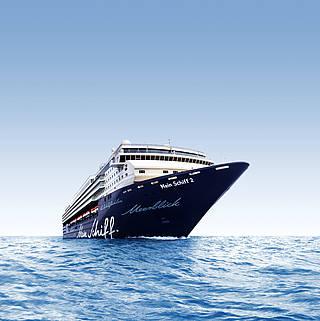 Das Kreuzfahrtschiff Mein Schiff 2 liegt im ruhigen Meer