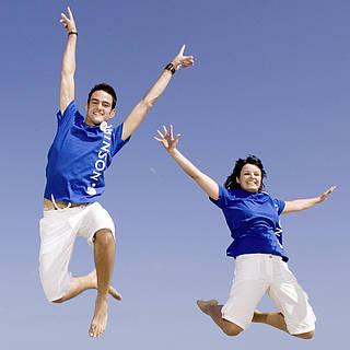 Holidaycheck Award: Fünf ROBINS springen am Strand gleichzeitig in die Luft