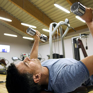 Ein Mann stämmt Gewichte