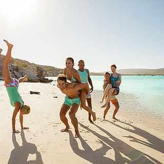 Fröhliche Menschen am Strand