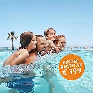 Vierköpfige Familie in einem hellblauen Pool unter blauem Himmel