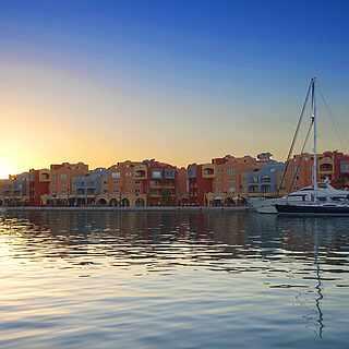 Bunter Hafen im Sonnenaufgang