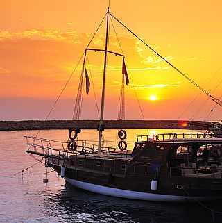 Ein Sonnenuntergang an einem Hafen mit kleinen Booten