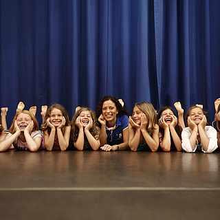 Kindergruppe auf einer Bühne
