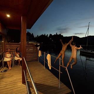 Saunagäste springen zur Abkühlung in den See