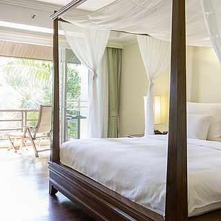 Hotelzimmer mit Couch und bunten Kissen