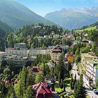 Ausblick auf eine Stadt in den grünen Bergen