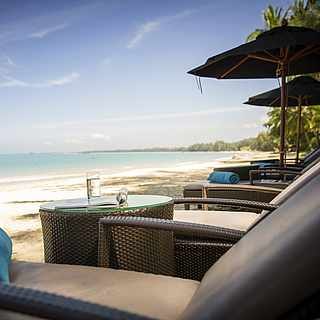 Liegen am Strand im Robinson Club Khao Lak, in Thailand